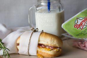 Panino al Latte con Prosciutto Cotto Negroni, Marmellata alle Albicocche e Rosmarino