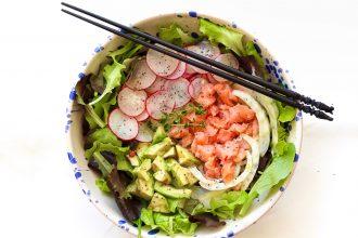 Salad bowl con salmone e avocado