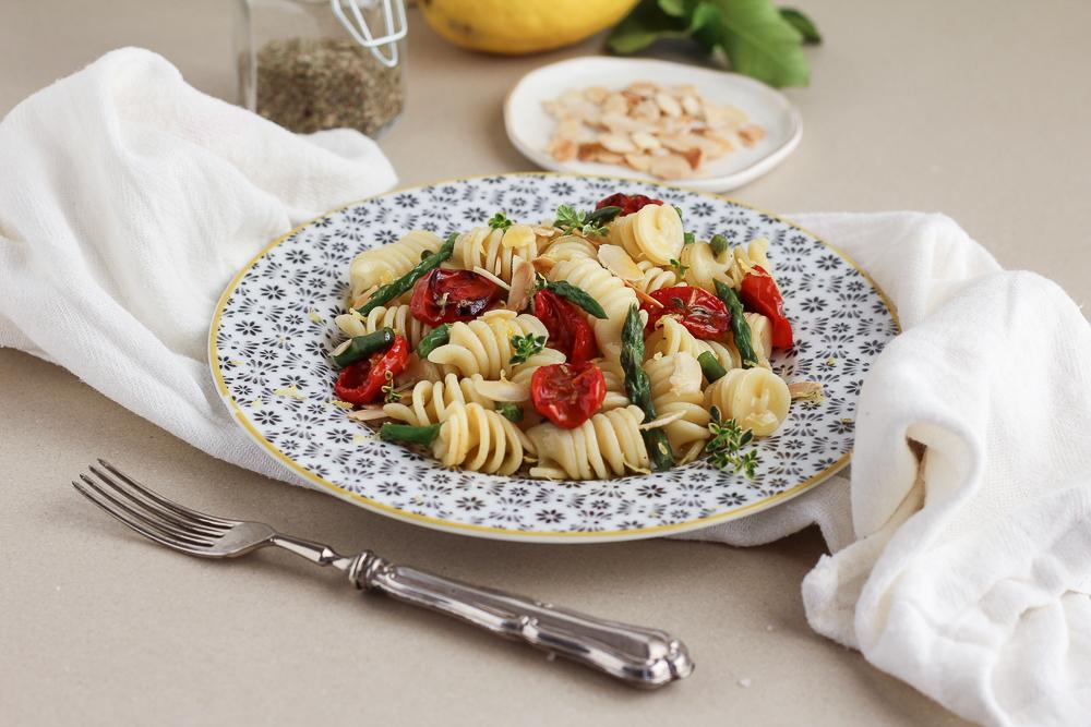 Pasta all'insalata, Asparagi, Pomodorini arrosto e Mandorle