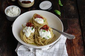 Pasta con pesto di melanzane, pomodori secchi e ricotta