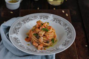 Spaghetti con pesce spada e sugo di pomodoro a crudo